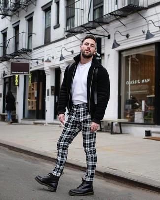 Comment porter: sweat à capuche noir, t-shirt à col rond blanc, pantalon chino à carreaux blanc et noir, bottes de loisirs en cuir noires