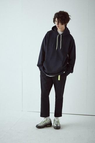 Comment porter un sweat à capuche noir avec des chaussures de sport grises: Marie un sweat à capuche noir avec un pantalon chino noir pour une tenue idéale le week-end. D'une humeur créatrice? Assortis ta tenue avec une paire de des chaussures de sport grises.