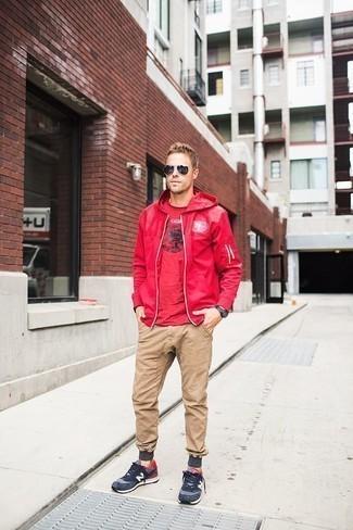 Comment porter un pull rouge: Associe un pull rouge avec un pantalon chino marron clair pour obtenir un look relax mais stylé. Une paire de des chaussures de sport bleu marine et blanc est une option avisé pour complèter cette tenue.