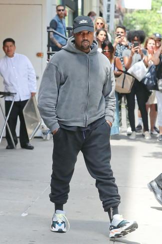 Comment porter: sweat à capuche gris, t-shirt à col rond noir, pantalon de jogging noir, chaussures de sport multicolores