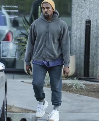 Comment porter: sweat à capuche gris foncé, t-shirt à col rond bleu marine, pantalon de jogging gris foncé, chaussures de sport blanches