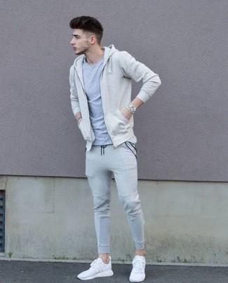 Comment porter: sweat à capuche beige, t-shirt à col rond gris, pantalon de jogging gris, chaussures de sport blanches