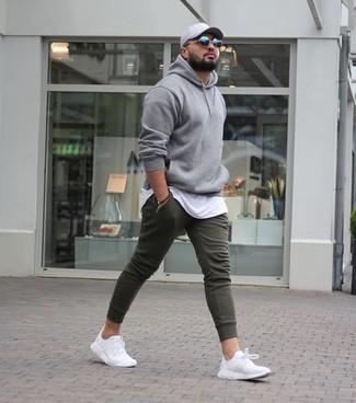 Comment porter: sweat à capuche gris, t-shirt à col rond blanc, pantalon de jogging olive, chaussures de sport blanches
