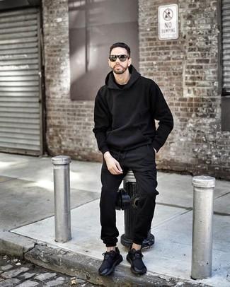 Comment porter un sweat à capuche noir: Pour une tenue aussi confortable que ton canapé, marie un sweat à capuche noir avec un pantalon de jogging noir. Une paire de des chaussures de sport noires est une option parfait pour complèter cette tenue.