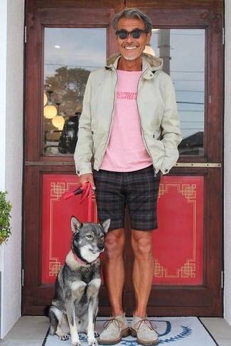 Comment porter: sweat à capuche beige, t-shirt à col rond imprimé rose, short à carreaux noir, bottines chukka en daim grises