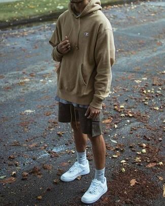 Tendances mode hommes: Essaie de marier un sweat à capuche marron clair avec un short gris foncé pour un look de tous les jours facile à porter. Si tu veux éviter un look trop formel, choisis une paire de des chaussures de sport blanches.