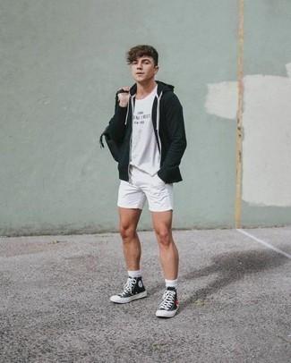 Comment s'habiller à 20 ans: Pense à opter pour un sweat à capuche noir et un short blanc pour une tenue confortable aussi composée avec goût. Si tu veux éviter un look trop formel, fais d'une paire de des baskets montantes en toile noires et blanches ton choix de souliers.