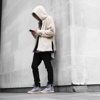 Comment porter: sweat à capuche en polaire beige, t-shirt à manche longue noir, t-shirt à col rond gris, jean déchiré noir