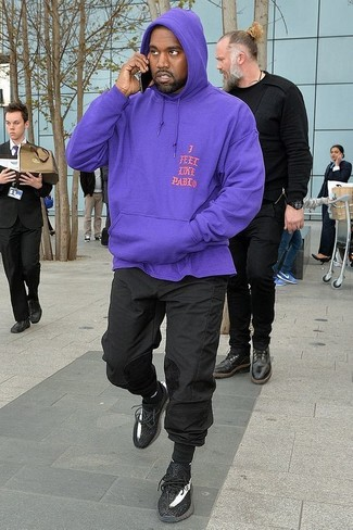 Comment porter: sweat à capuche violet, pantalon de jogging noir, chaussures de sport noires, chaussettes noires
