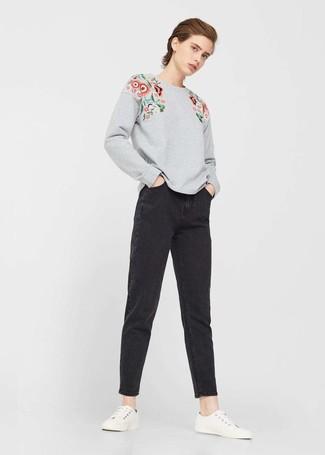 Comment porter: sweat-shirt à fleurs gris, jean boyfriend noir, baskets basses blanches