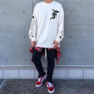 Comment porter: sweat-shirt imprimé blanc et noir, chemise à manches longues écossaise blanc et rouge et bleu marine, pantalon de jogging noir, baskets basses en daim rouges