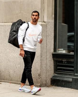 Comment porter: sweat-shirt imprimé blanc, jean noir, chaussures de sport blanches, grand sac en toile noir
