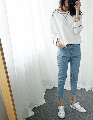 Comment porter: sweat-shirt blanc, jean skinny bleu clair, baskets basses blanches