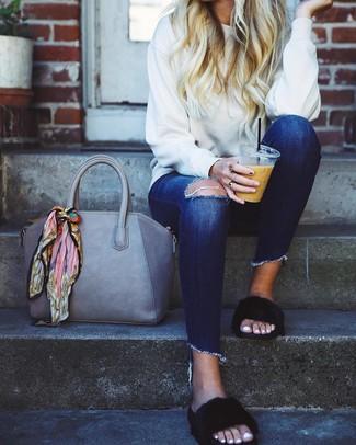 Comment porter: sweat-shirt blanc, jean skinny déchiré bleu marine, sandales plates en fourrure noires, sac fourre-tout en cuir gris