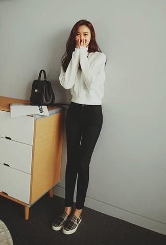 Comment porter: sweat-shirt blanc, jean skinny noir, baskets à enfiler écossaises noires et blanches, cartable en cuir noir