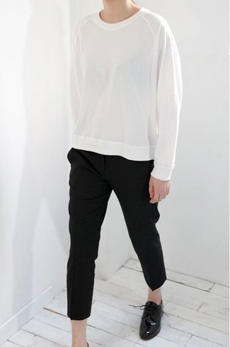 Comment porter: sweat-shirt blanc, pantalon carotte noir, chaussures richelieu en cuir noires