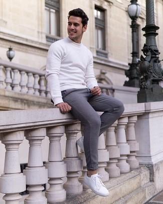 Comment porter un sweat-shirt: Essaie de marier un sweat-shirt avec un pantalon chino gris pour obtenir un look relax mais stylé. Assortis ce look avec une paire de des baskets basses en toile blanches.