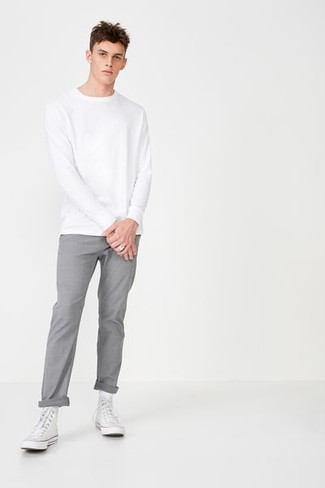 Comment porter: sweat-shirt blanc, pantalon chino gris, baskets montantes en toile blanches