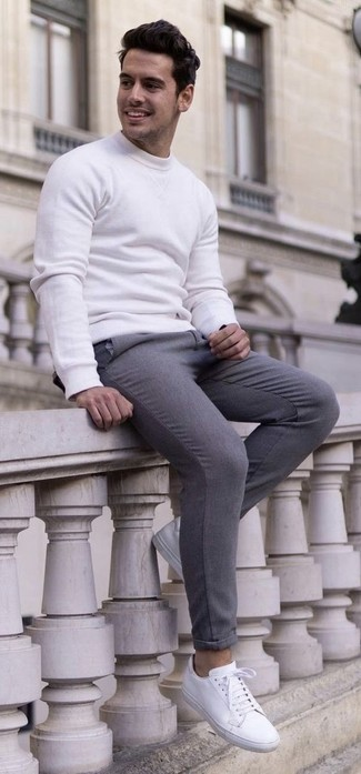 Comment porter: sweat-shirt blanc, pantalon de costume en laine gris, baskets basses en cuir blanches