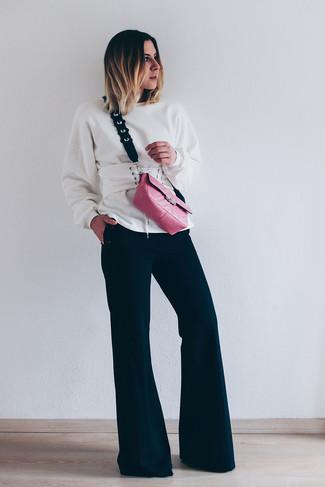 Comment porter: sweat-shirt blanc, pantalon flare noir, sac bandoulière en cuir fuchsia, ceinture serre-taille en cuir blanche