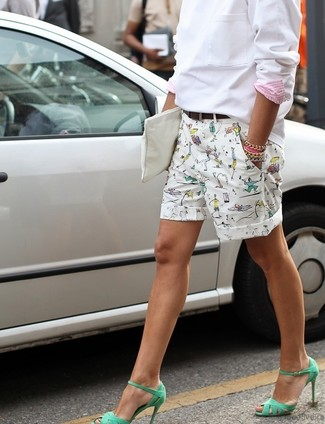 Comment porter: sweat-shirt blanc, short imprimé blanc, sandales à talons en cuir vertes, pochette en cuir blanche