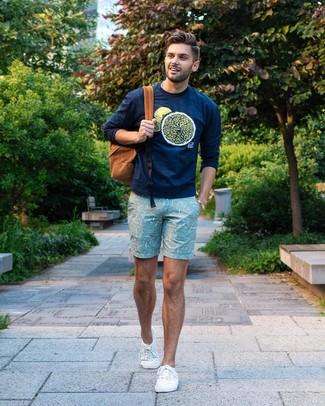 Comment porter: sweat-shirt imprimé bleu marine, short imprimé vert menthe, baskets basses en toile blanches, sac à dos tabac