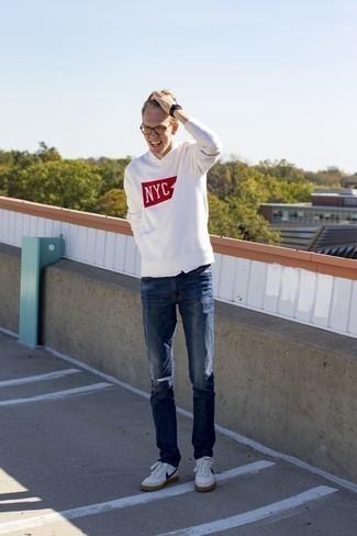 Comment porter une chemise à manches courtes blanche: Porte une chemise à manches courtes blanche et un jean bleu marine pour une tenue confortable aussi composée avec goût. Cette tenue se complète parfaitement avec une paire de des baskets basses en cuir blanc et bleu marine.