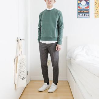 Comment s'habiller à l'adolescence: Choisis un sweat-shirt vert menthe et une chemise à manches courtes blanche pour une tenue idéale le week-end. Une paire de baskets basses en cuir blanches est une option parfait pour complèter cette tenue.