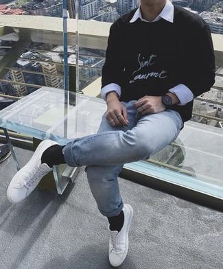 Comment porter un sweat-shirt imprimé noir et blanc: Harmonise un sweat-shirt imprimé noir et blanc avec un jean bleu clair pour obtenir un look relax mais stylé. Cet ensemble est parfait avec une paire de baskets basses en cuir blanches.