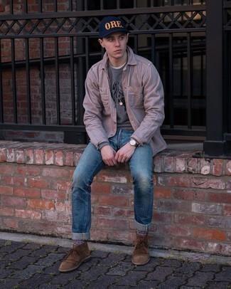 Comment porter un sweat-shirt imprimé gris: Opte pour le confort dans un sweat-shirt imprimé gris et un jean déchiré bleu. Ajoute une paire de bottines chukka en daim marron à ton look pour une amélioration instantanée de ton style.
