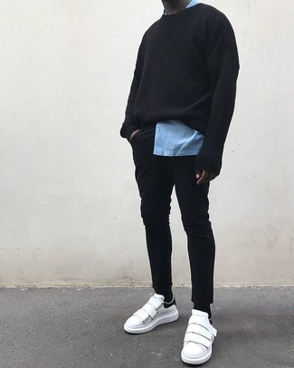 Comment porter: sweat-shirt noir, chemise à manches longues bleu clair, jean skinny noir, baskets basses en cuir blanches