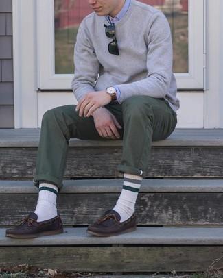 Comment porter des chaussures bateau en cuir marron foncé: Pense à porter un sweat-shirt gris et un pantalon chino olive pour une tenue confortable aussi composée avec goût. Une paire de chaussures bateau en cuir marron foncé est une option génial pour complèter cette tenue.