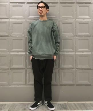 Tendances mode hommes: Essaie d'associer un sweat-shirt vert foncé avec un pantalon chino noir pour un look de tous les jours facile à porter. Cette tenue est parfait avec une paire de des baskets à enfiler en toile à carreaux noires et blanches.