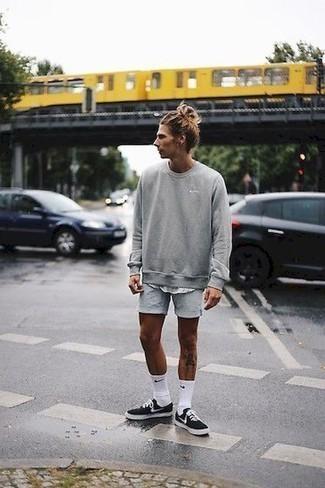 Tendances mode hommes: Pense à porter un sweat-shirt gris et un débardeur blanc pour un look idéal le week-end.