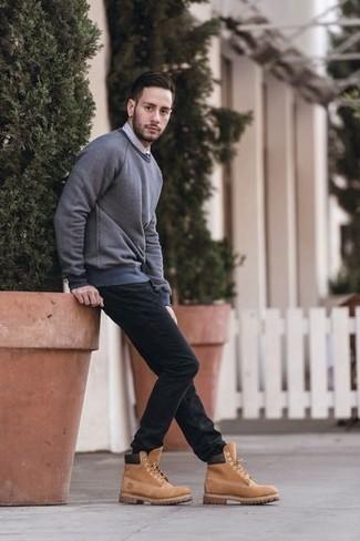 Comment porter un sweat-shirt gris: Pour une tenue de tous les jours pleine de caractère et de personnalité pense à associer un sweat-shirt gris avec un jean noir. Tu veux y aller doucement avec les chaussures? Complète cet ensemble avec une paire de des bottes de travail en daim marron clair pour la journée.
