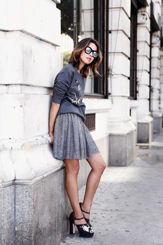 Comment porter: sweat-shirt imprimé gris foncé, jupe patineuse grise, sandales à talons en daim brodées noires, lunettes de soleil argentées