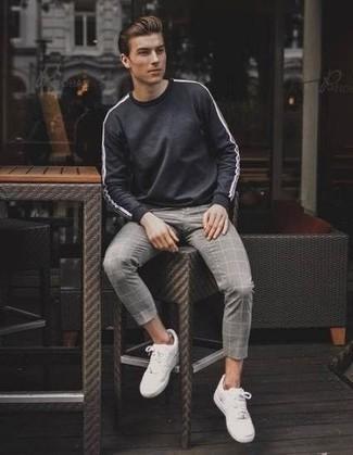 Comment porter un sweat-shirt gris foncé: Pour créer une tenue idéale pour un déjeuner entre amis le week-end, associe un sweat-shirt gris foncé avec un pantalon chino à carreaux gris. Assortis ce look avec une paire de des baskets basses blanches.