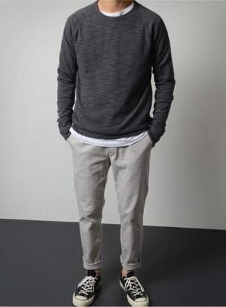 Comment porter un sweat-shirt gris foncé: Associe un sweat-shirt gris foncé avec un pantalon chino gris pour un look de tous les jours facile à porter. Une paire de des baskets basses en toile noires et blanches est une option astucieux pour complèter cette tenue.