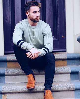 Comment porter: sweat-shirt gris, jean skinny bleu marine, bottines chelsea en daim tabac