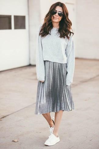 Comment porter: sweat-shirt gris, jupe mi-longue plissée argentée, baskets basses blanches
