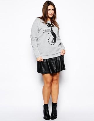 Comment porter: sweat-shirt imprimé gris, jupe patineuse en cuir noire, bottines en cuir noires, chaussettes noires