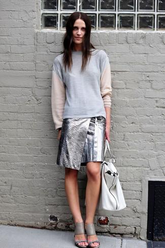 Comment porter: sweat-shirt gris, minijupe en cuir argentée, sandales à talons en cuir grises, sac fourre-tout en cuir blanc
