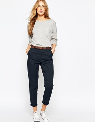 Comment porter: sweat-shirt gris, pantalon chino noir, baskets basses en toile blanches, ceinture en cuir marron
