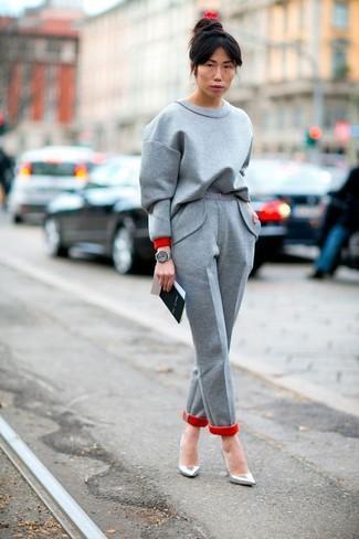 Comment porter: sweat-shirt gris, pantalon de costume en laine gris, escarpins en cuir argentés, montre en cuir grise
