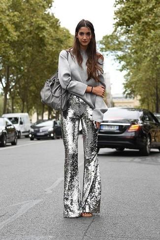 Comment porter un sweat-shirt gris: Marie un sweat-shirt gris avec un pantalon flare pailleté argenté pour achever un style chic et glamour.