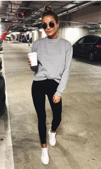 Comment porter: sweat-shirt gris, pantalon slim noir, baskets basses blanches, lunettes de soleil noires