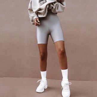 Comment porter: sweat-shirt imprimé gris, short cycliste argenté, chaussures de sport blanches, chaussettes blanches