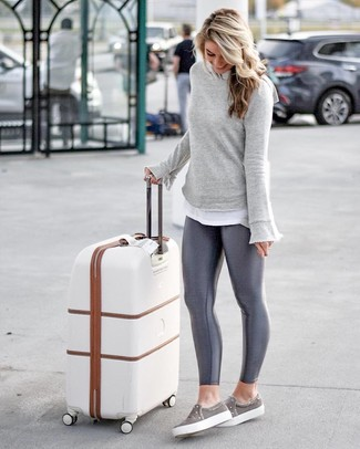 Comment porter: sweat-shirt gris, t-shirt à col rond blanc, leggings gris foncé, baskets à enfiler grises