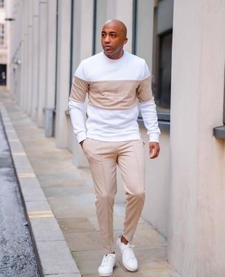 Comment porter des baskets basses en toile blanc et bleu marine: Marie un sweat-shirt imprimé blanc avec un pantalon chino beige pour obtenir un look relax mais stylé. Assortis ce look avec une paire de baskets basses en toile blanc et bleu marine.