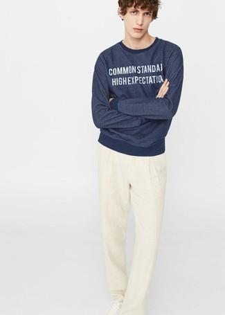 Comment porter: sweat-shirt imprimé bleu marine, pantalon de costume en lin beige, baskets basses en cuir blanches